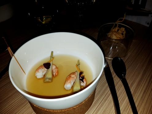 Grosse Langoustine Bretonne pochée dans un bouillon safrané, artichaut violet et chips de crevette